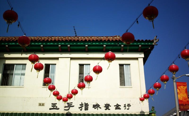 ChinatownWestPlaza006-BuildingAndDecorationsNextToHill-2006-10-25.jpg