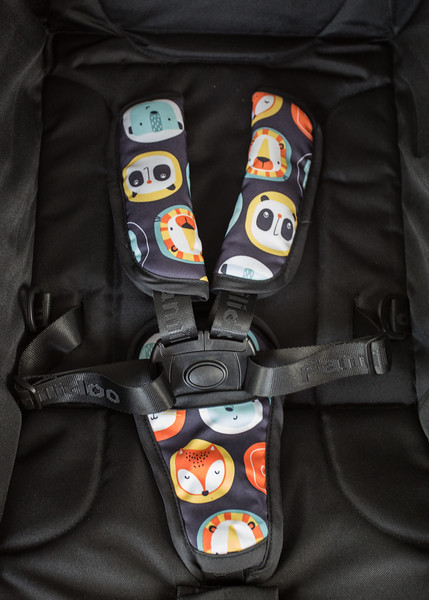 Familidoo_Air_Product_Shot_Black_Panda_Detail_5_Point_Harness.jpg