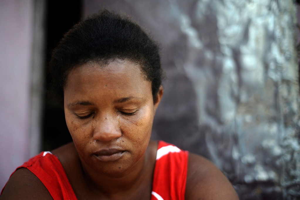 . Brazilian woman Ana Claudia, who witnessed her son Reinaldo being beaten and shot dead by drug traffickers, cries during an interview in the Fazendo Couto slum of Salvador, Bahia State, April 11, 2013. One of Brazil\'s main tourist destinations and a 2014 World Cup host city, Salvador suffers from an unprecedented wave of violence with an increase of over 250% in the murder rate, according to the Brazilian Center for Latin American Studies (CEBELA). Picture taken April 11, 2013.  REUTERS/Lunae Parracho