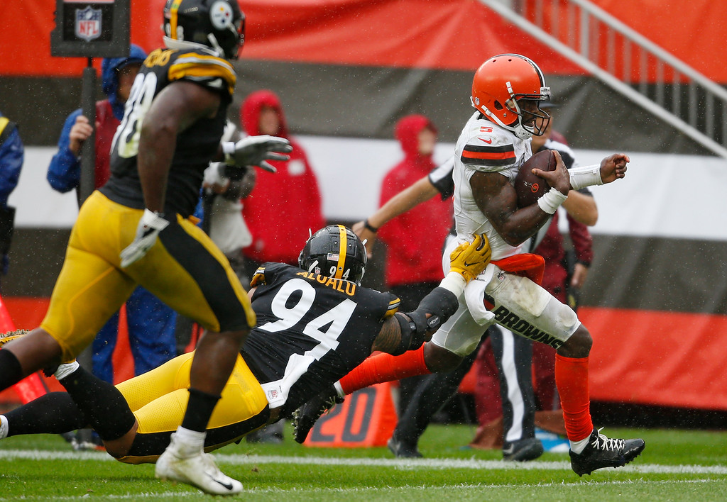 . Cleveland Browns quarterback Tyrod Taylor, right, rushes for a 20-yard touchdown during the second half of an NFL football game against the Pittsburgh Steelers, Sunday, Sept. 9, 2018, in Cleveland. (AP Photo/Ron Schwane)