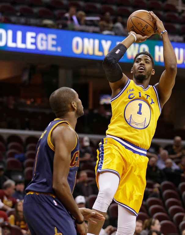 . Golden State Warriors� Jason Thompson, right, shoots over Cleveland Cavaliers\' James Jones in the second half of an NBA basketball game Monday, Jan. 18, 2016, in Cleveland. (AP Photo/Tony Dejak)