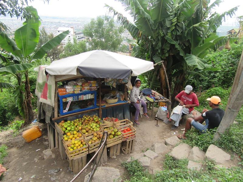 042_Antananarivo. Kiosque à fruits. Cordonnier.JPG