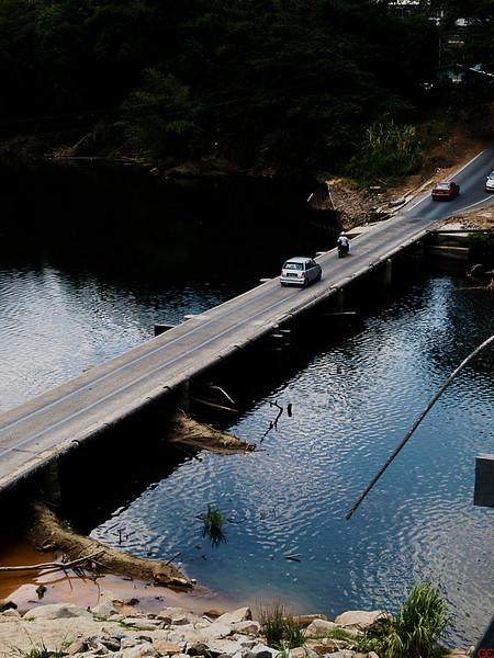 Den viktigste broen i Sabah. Broen over denne elven binder øst og vest, og er den eneste forbindelsen mellom de to delene av staten. (Foto: GeirI