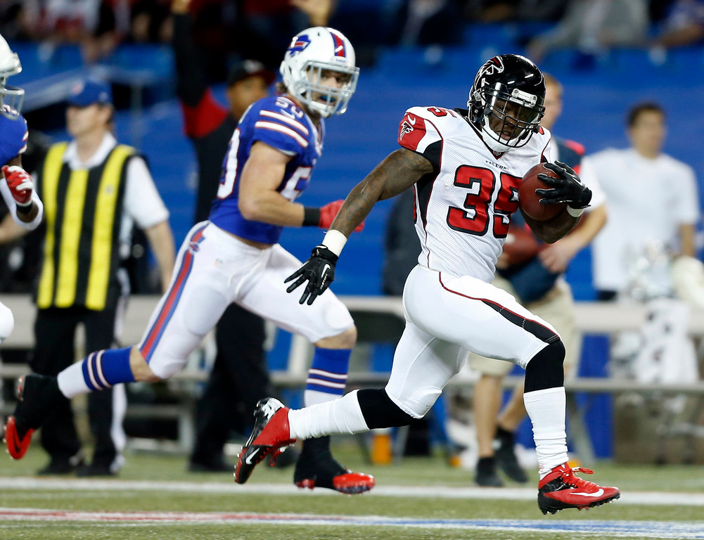 . Atlanta Falcons running back Antone Smith (35) runs past Buffalo Bills middle linebacker Kiko Alonso (50) for a touchdown during the first half of an NFL football game on Sunday, Dec. 1, 2013, in Toronto. (AP Photo/Gary Wiepert)