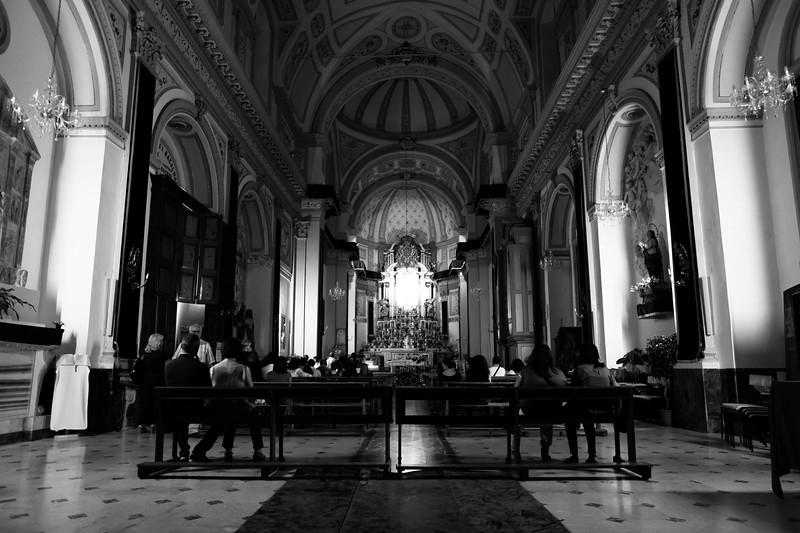 La chiesa del paese la sera prima della festa.