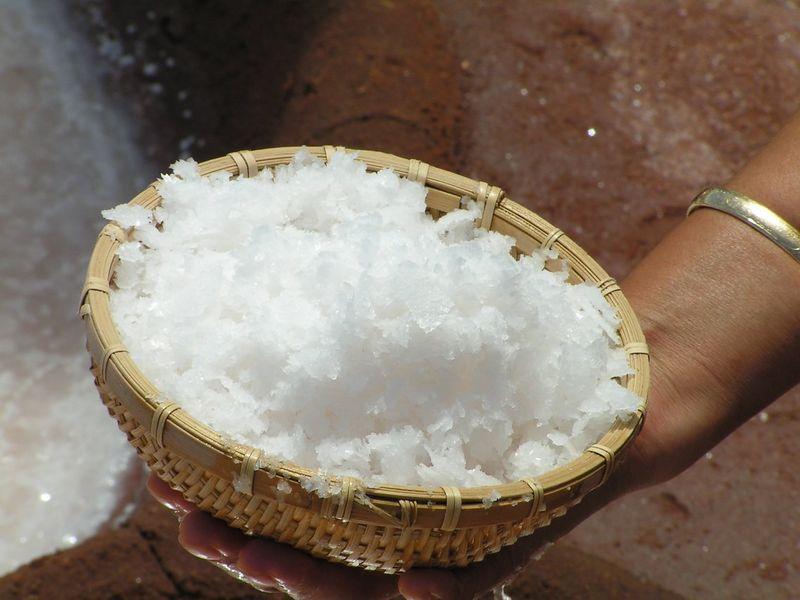 PICT3367s, cousin Rozalynn, making salt at Salt Ponds , Hanapepe, aug 20, 2005.JPG