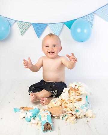 Callum cake smash
