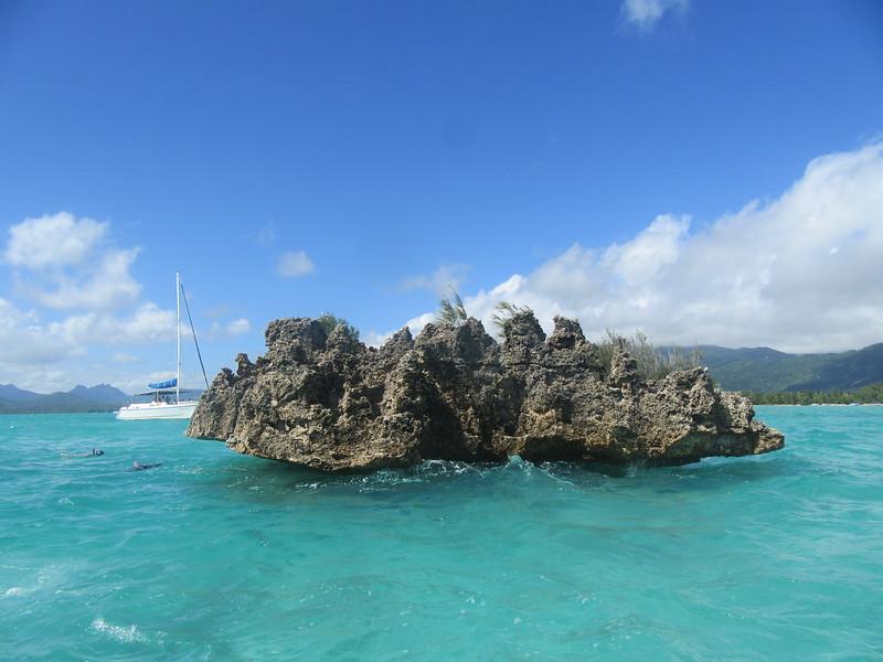 038_West Coast. La Roche Crystal. Plateau volcanique posé au milieu du lagon de l'île aux Bénitiers.JPG