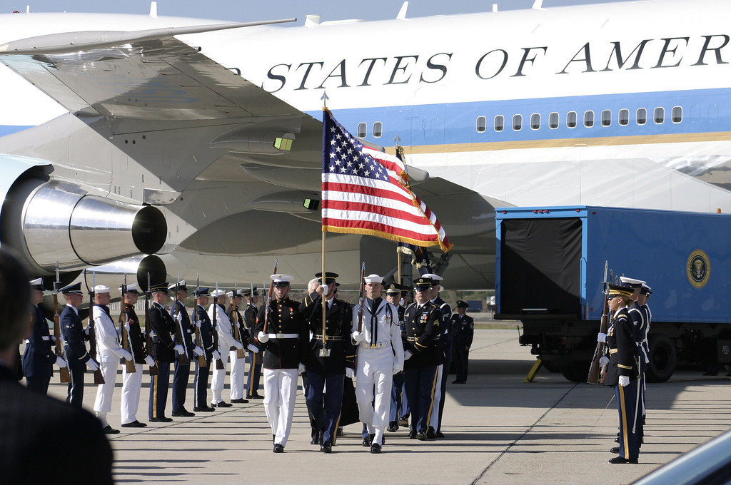. REAGAN COMES HOME--The body of President Ronald Reagan arrives at Mugu Naval Air Station friday afternoon to be buried at the Reagan library in Simi Valley, CA.     (Photo by David Crane/Los Angeles Daily News)
