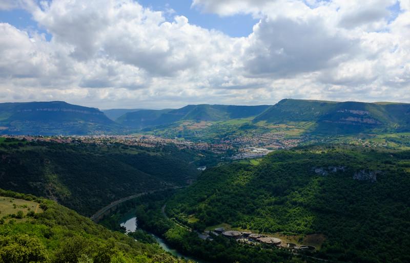 La rivière qui coule sous le viaduc de Milau et la ville de Milau au loin