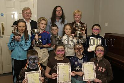 Moneydarragh PS, Premier award winners, Best junior Irish with adjudicator Colm Mac Anderson, Peter Mallon and M Rodgers (principal).  06W08N61