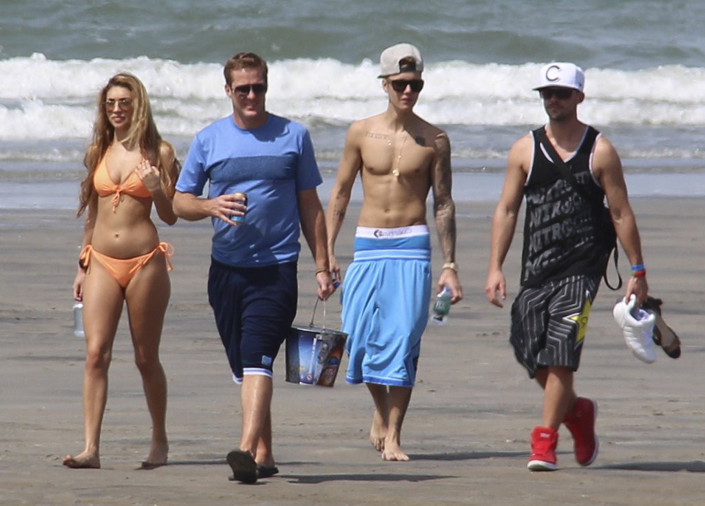 """. <p>10. (tie) JUSTIN BIEBER <p>Needs only one more arrest this week to become an Honorary Lohan. (3) <p><b><a href=\'http://www.bbc.co.uk/news/world-us-canada-25954645\' target=\""""_blank\""""> HUH?</a></b> <p>   (AP Photo/Eddy Vasquez)"""