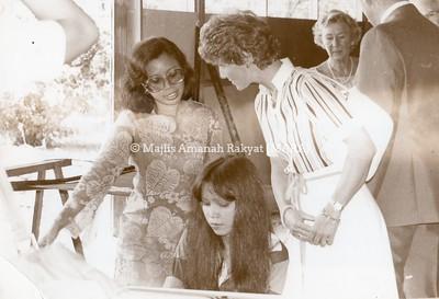 1979 - LAWATAN PUTERI HERALD NORWAY KE KILANG BATIK BMB PADA