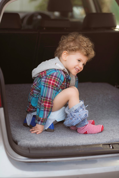 Potette_Portable_Potty_Lifestyle_Blue&Navy_Outside_Car_Boot_Boy_On_Potty_Leaning_Forwards.jpg