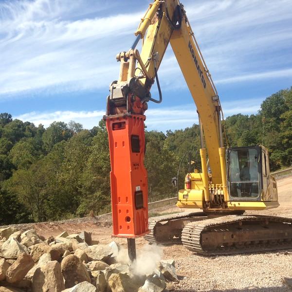 NPK GH10 hydraulic hammer on Komatsu excavator (18).JPG