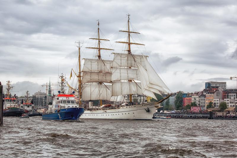 Segelschulschiff Gorch Fock und Polizeiboot