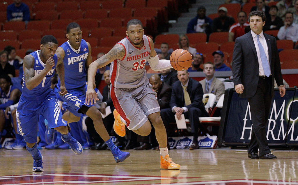 . Houston\'s forward TaShawn Thomas (35) is pursued by Memphis\' Joe Jackson (1) and Nick King (5) as head coach Josh Pastner looks on as he dribbles down court in the final seconds of the second half of an NCAA college basketball game, Thursday, Feb. 27, 2014, in Houston. Houston won 77-68. (AP Photo/Bob Levey)
