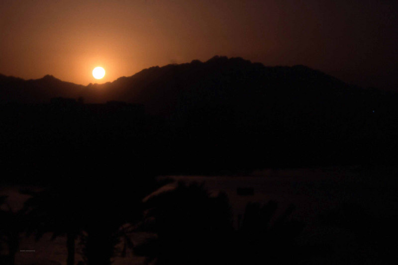Solen synker over fjellene rundt Eilat. Sånn bare for å konstatere at det skjer der også. (Foto: Geir)