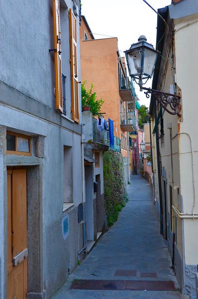 Street to Studio Sciacchetrà. Manarola (Cinque Terre)