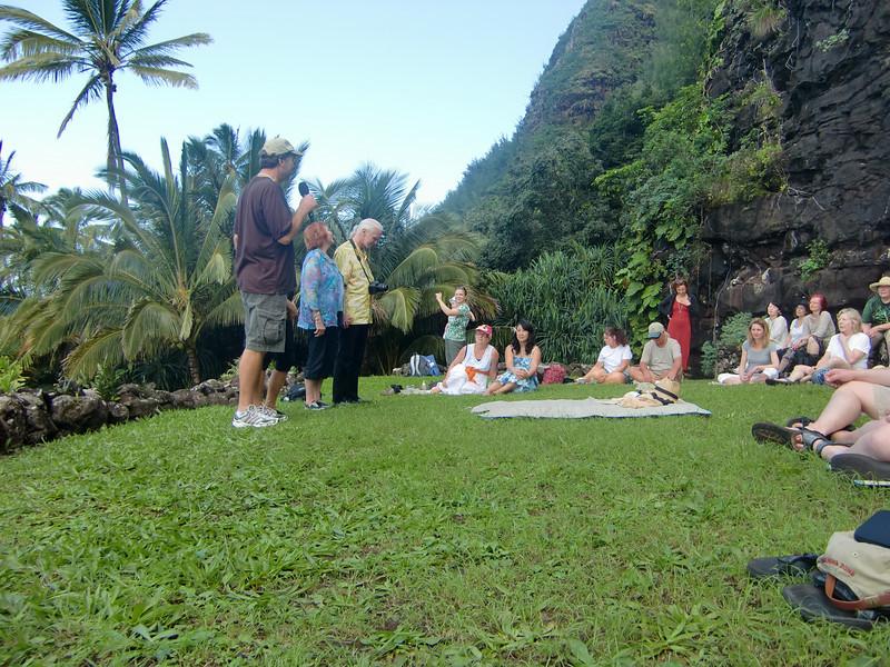 19-Norma ønsker velkommen til den hellige Hula plassen ved Kee Beach.JPG