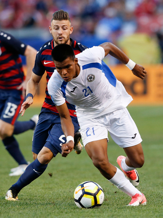 . Nicaragua\'s Jorge Hurtado (21) pushes the ball upfield past United States\' Paul Arriola during a CONCACAF Gold Cup soccer match in Cleveland, Saturday, July 15, 2017. (AP Photo/Ron Schwane)