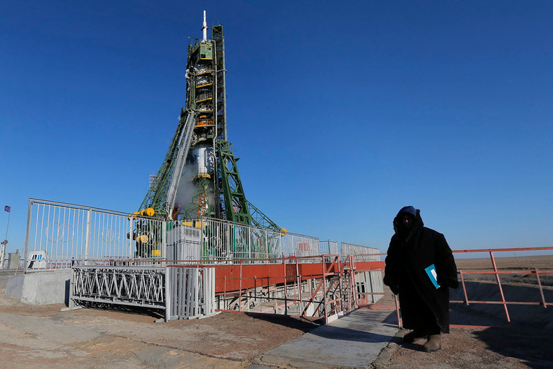 . A security guard stands in front of the Soyuz TMA-07M spacecraft set on its launch pad before the blast off with the International Space Station (ISS) crew of U.S. astronaut Thomas Marshburn, Russian cosmonaut Roman Romanenko and Canadian astronaut Chris Hadfield at the Baikonur cosmodrome December 19, 2012.  REUTERS/Dmitry Lovetsky/Pool