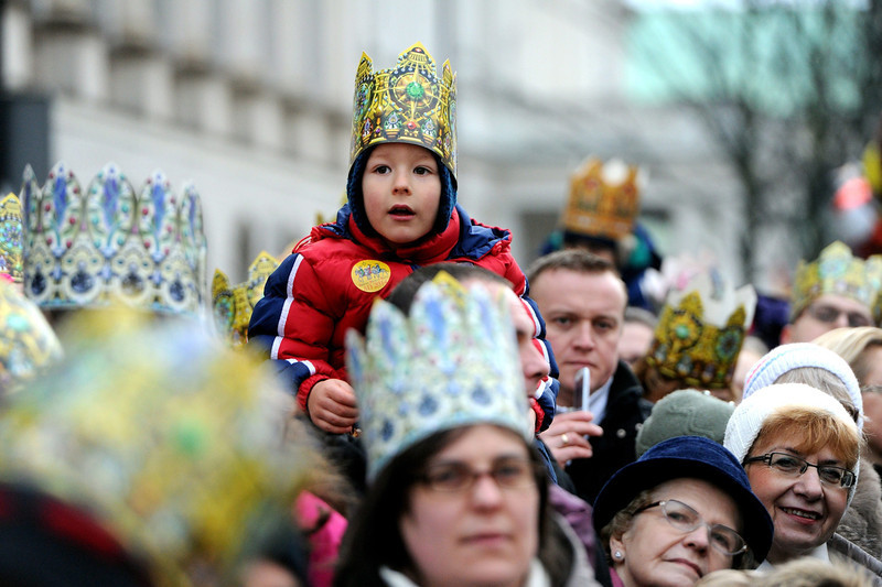 . A child wearing a crown parades during the Epiphany procession through the streets of Warsaw, Poland, 06 January 2014. According to Polish tradition, the Three Wise Men procession passes by many Polish cities. It celebrates the coming of the Three Kings with their gifts for the infant Jesus.  EPA/GRZEGORZ JAKUBOWSKI