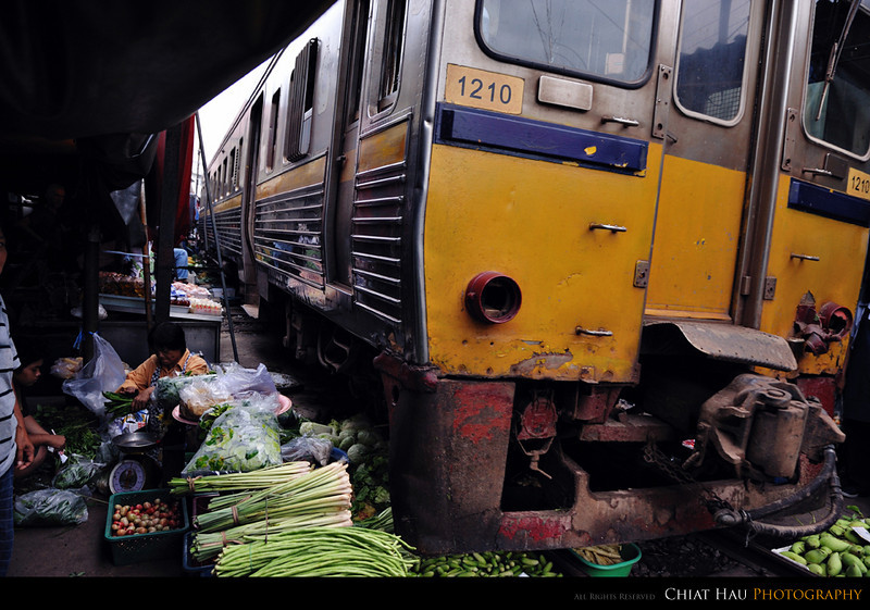 This is how the train pass by... where you could notice that all the vege is still under it... PUuu Puuu