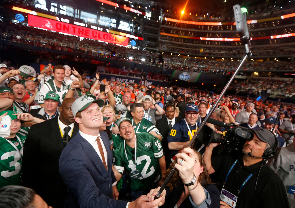 . USC\'s Sam Darnold takes a selfie as he poses with fans after being elected by the New York Jets during the first round of the NFL football draft, Thursday, April 26, 2018, in Arlington, Texas. (AP Photo/Michael Ainsworth)