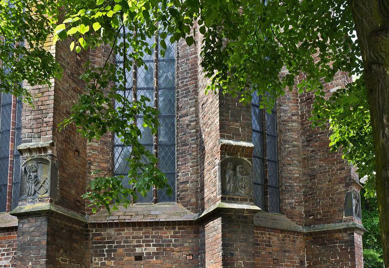 Frankfurt/Oder, St. Marien. Polygon der Eingangshalle mit Reliefplatten von Propheten mit Wappen