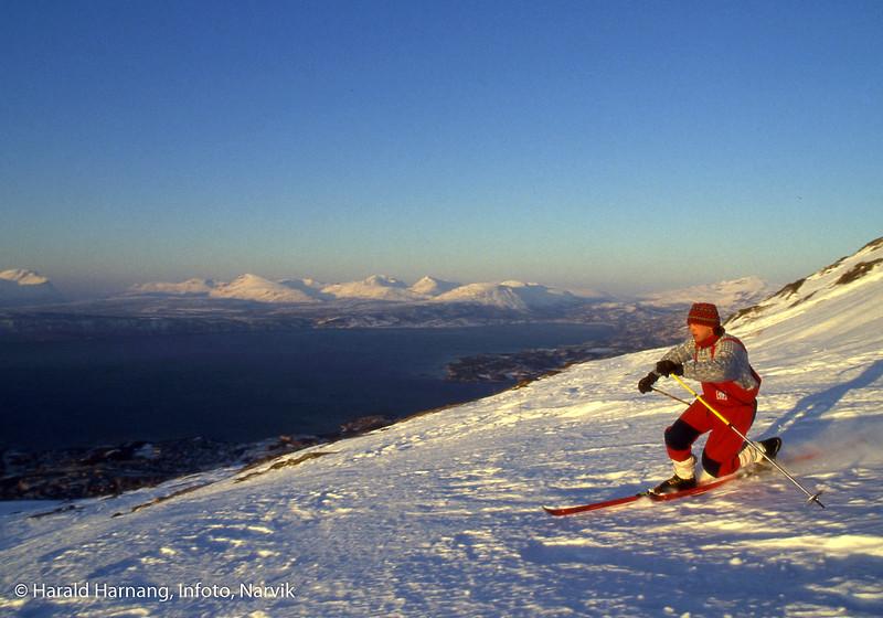 Alpinist(er) i Fagernesfjellet. Bilder trolig tatt for å kunne brukes i brosjyrer o.l. Kikki Westrheim kjører Telemarkstil.