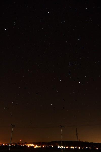 Orion, pod ním Zajíc, vlevo dole Velký pes, nad ním Jednorožec a vlevo nahoře Malý pes