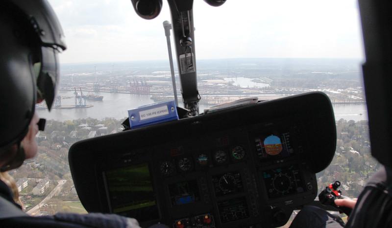 Polizei Helikopter über dem Hamburger Hafen von Cockpit fotografiert