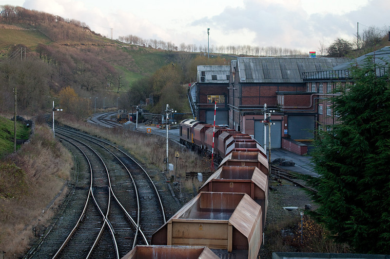 EWS 60035 with rock train entering Tunstead Works in Great Rocks Jct.