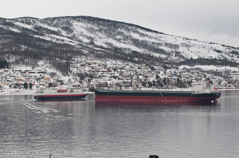 """Mange båter på havna pga feil i utlaster. Nå en båt ved kai 5, Hurtigruten på tur til Sør-Skjomen, trolig siste gang H-ruten er innom Narvik på mange år. """"Kong Harald"""" var bygget i 1993."""