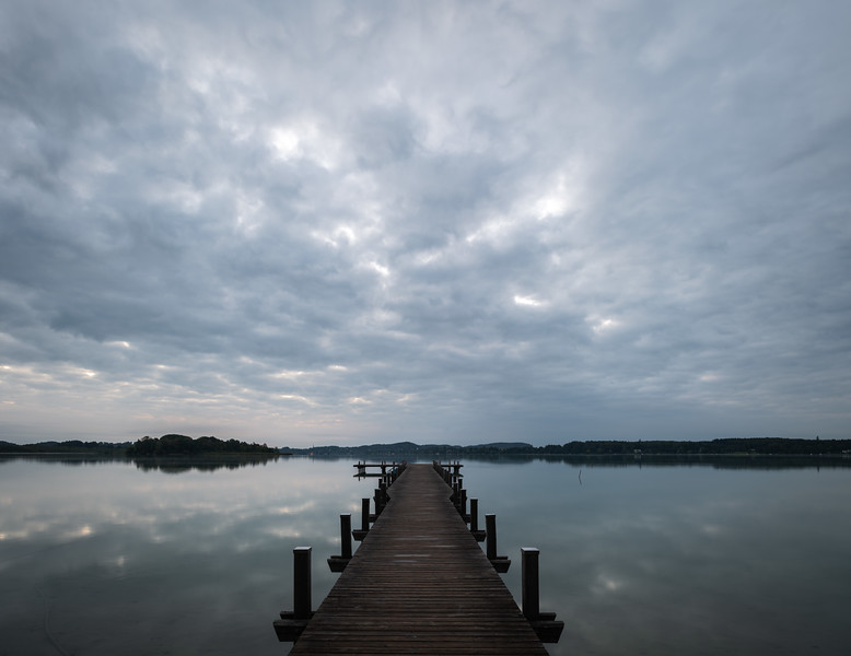 Sonnenaufgang am Wörthsee mit vielen Wolken, Oberbayern, Bayern, Deutschland