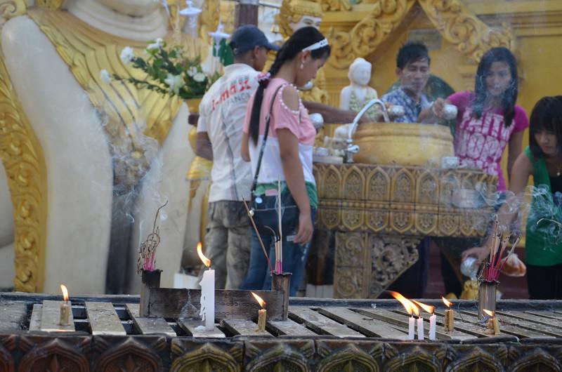 DSC_3774-shwedagon-paya-candles.JPG