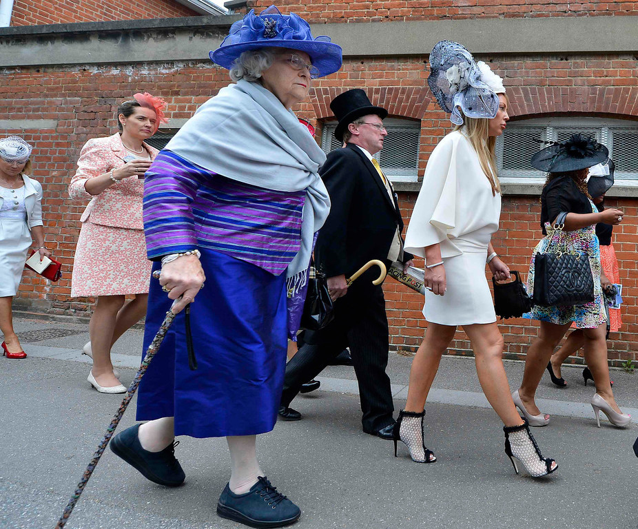 . Racegoers arrive for Ladies\' Day at the Royal Ascot horse racing festival at Ascot, southern England June 20, 2013.  REUTERS/Toby Melville