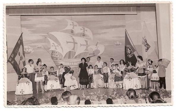 Dundo em 1953, ensaiado pela Maria Helena Noronha Feyo No Final da peça Gininha Almeida Santos de costas viradas para o publico.com um ramo de rosas, que ia entregar á Maria Helena, que está a agradecer os aplausos, do público Atrás da Maria Helena, está o sr. Barata,   o João Dyson, o Adão Barata, a Aidinha Noronha Feyo e Sérgio Simões,