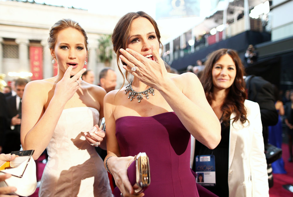 Description of . Actresses Jennifer Lawrence (L) and Jennifer Garner arrive at the Oscars held at Hollywood & Highland Center on February 24, 2013 in Hollywood, California.  (Photo by Christopher Polk/Getty Images)