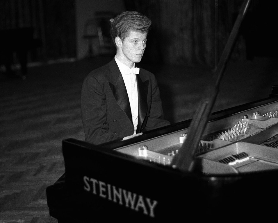 . Pianist Van Cliburn performing in the final round of the Tchaikovsky International Piano & Violin competition in Moscow on April 11, 1958.  Cliburn, the internationally celebrated pianist whose triumph at a 1958 Moscow competition helped thaw the Cold War and launched a spectacular career that made him the rare classical musician to enjoy rock star status died early Wednesday, Feb. 27, 2013, at his Fort Worth home following a battle with bone cancer.  He was 78. (AP Photo, file)