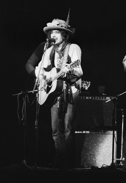 ". Bob Dylan performs before a sold-out crowd of about 20,000 in New York\'s Madison Square Garden, Dec. 8. 1975 at a benefit concert to support efforts to get a new trail for former Boxer Rubin ""Hurricane"" Carter.  Carter is now serving three-life sentences for murder in New Jersey.  (AP Photo/Ray Stubblebine)"