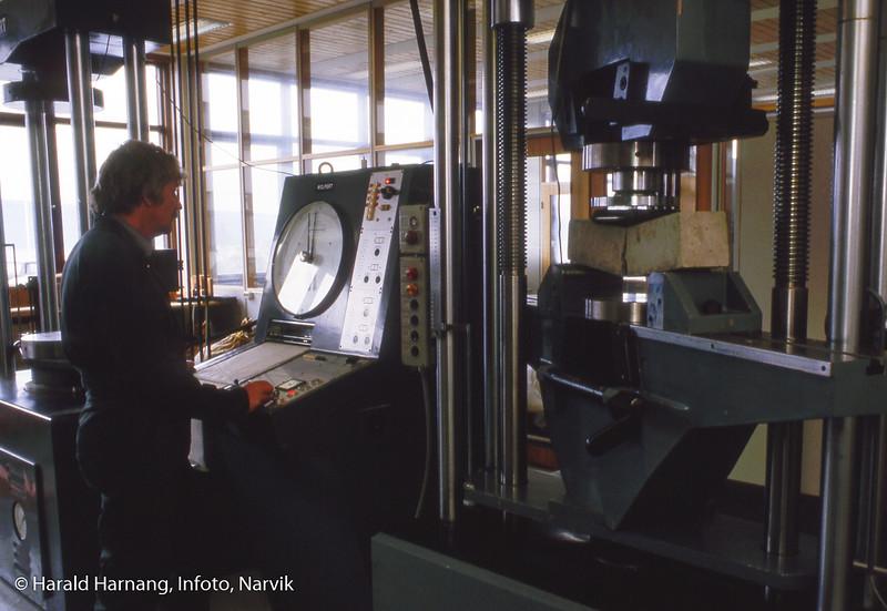 Materialprøve-lab. Måle trykk før betongkloss knekker. Narvik ingeniørhøgskole. Bilde tatt til slides-serie for å promotere skolen i ulike sammenhenger.