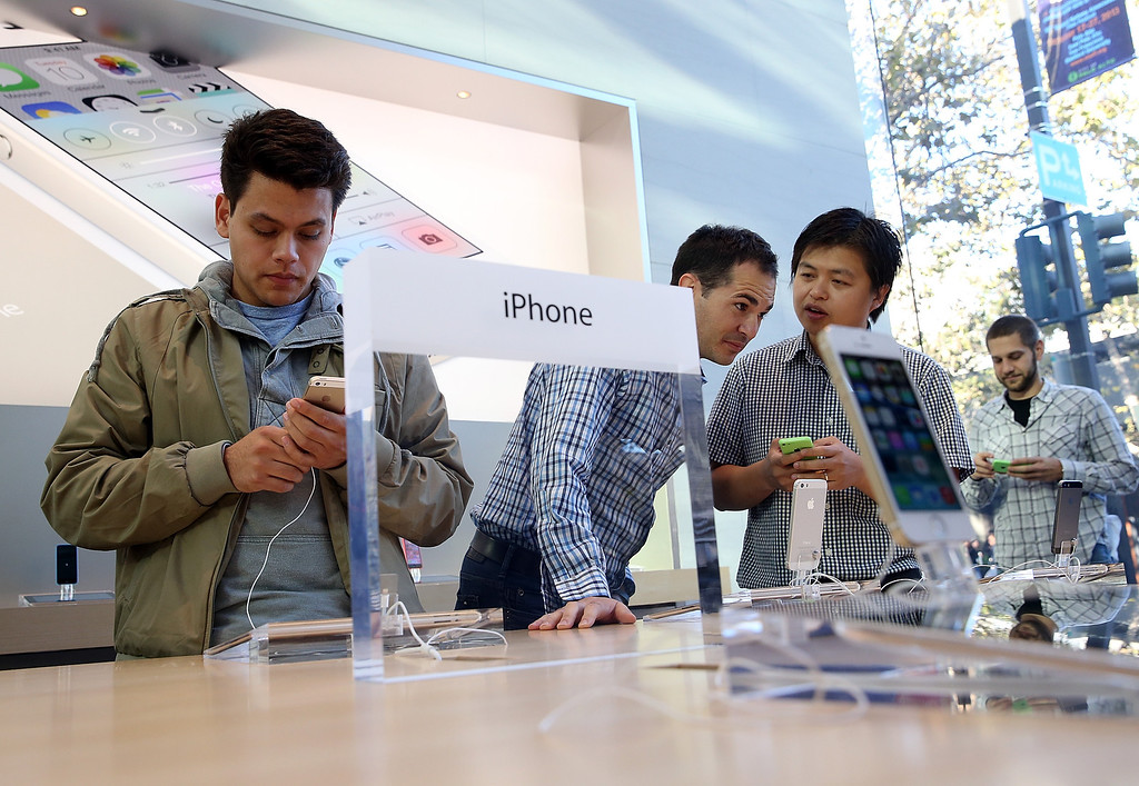 . Customers look at the new Apple iPhone 5C at an Apple Store on September 20, 2013 in Palo Alto, California.   (Photo by Justin Sullivan/Getty Images)
