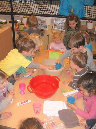 groep 2 en groep 4 poetsen elkaars tandjes