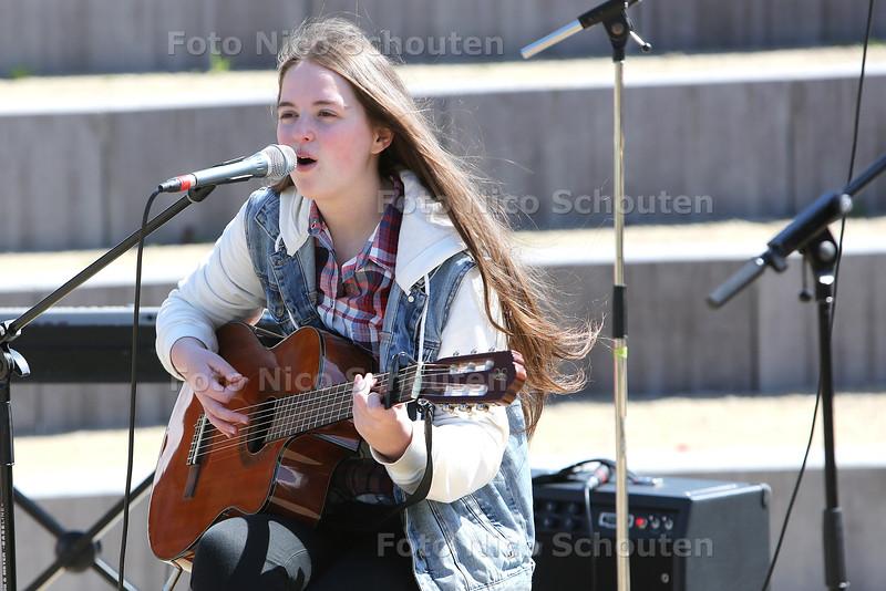 Koningsdag - Optredens in het Palensteinpark - Saskia Koks (18) muziek - ZOETERMEER 27 APRIL 2015 - FOTO NICO SCHOUTEN