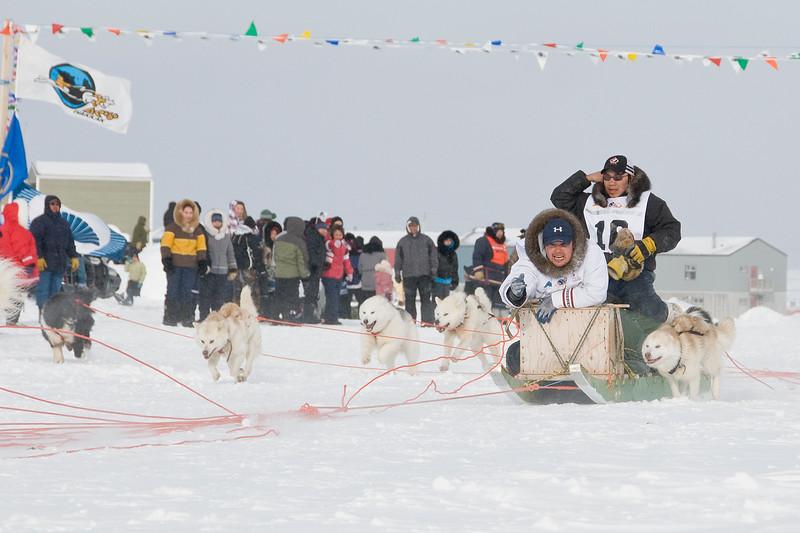 Ivakkak course de traîneau à chien edition 2010 arrivée à Kangirsuk Jeudi le 25 Mars