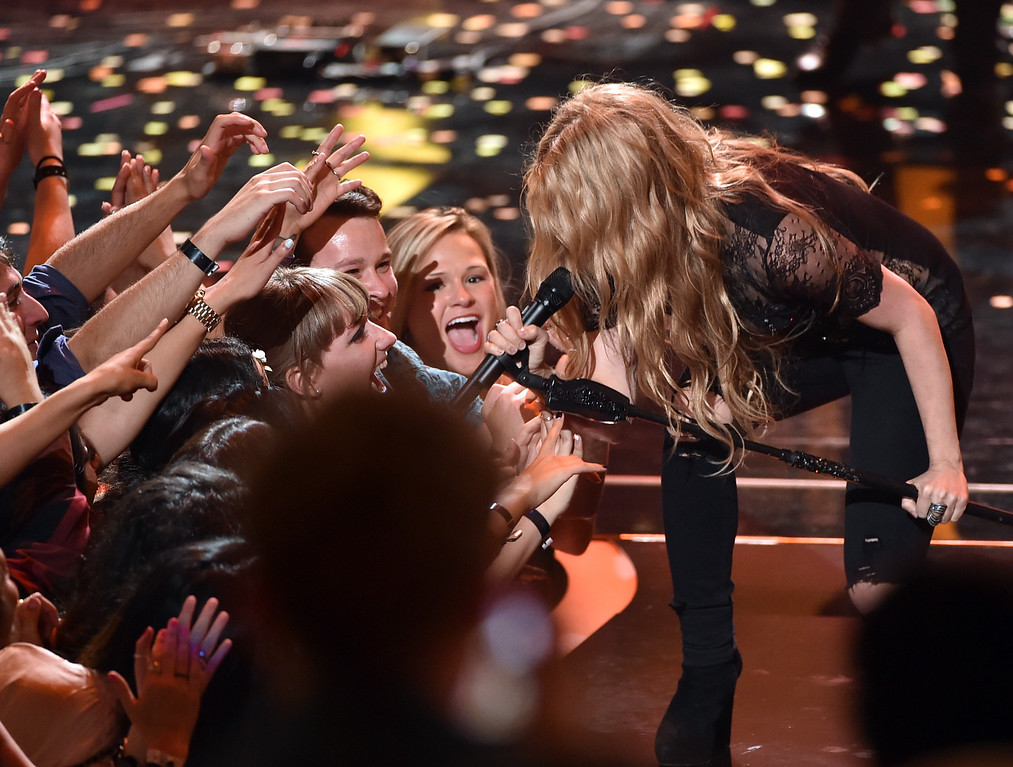 . LOS ANGELES, CA - MAY 01:  Singer Shakira performs onstage during the 2014 iHeartRadio Music Awards held at The Shrine Auditorium on May 1, 2014 in Los Angeles, California. iHeartRadio Music Awards are being broadcast live on NBC.  (Photo by Kevin Winter/Getty Images for Clear Channel)