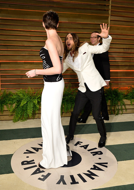 . Actors Anne Hathaway (L) and Jared Leto attend the 2014 Vanity Fair Oscar Party hosted by Graydon Carter on March 2, 2014 in West Hollywood, California.  (Photo by Pascal Le Segretain/Getty Images)