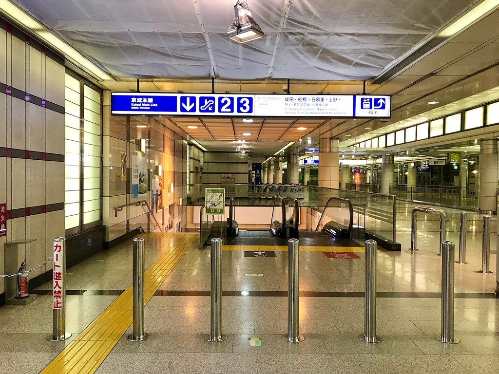 Signs leading to Platform 2 on the Keisei Main Line.
